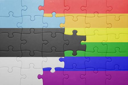 bandera gay: puzzle con la bandera nacional de Estonia y la bandera gay. Foto de archivo