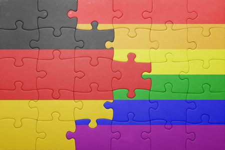 bandera gay: puzzle con la bandera nacional de Alemania y la bandera gay.