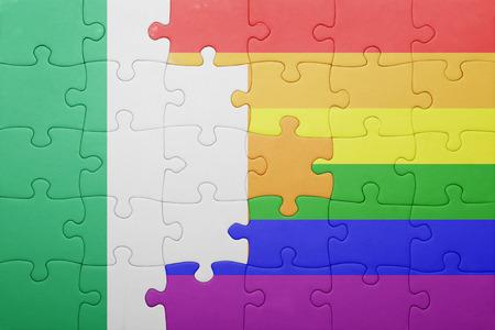 bandera gay: rompecabezas con la bandera nacional de Irlanda y la bandera gay.