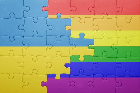 bandera gay: puzzle con la bandera nacional de Ucrania y la bandera gay.