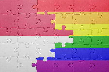 bandera gay: rompecabezas con la bandera nacional de Indonesia y la bandera gay. Foto de archivo