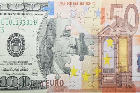 Puzzle mit dem Dollar und Euro-Banknote. Konzept