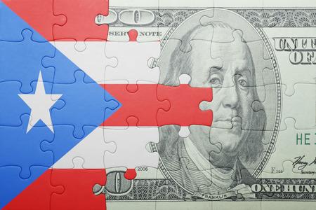 bandera de puerto rico: puzzle con la bandera nacional de Puerto Rico y de los billetes de dólares. concepto