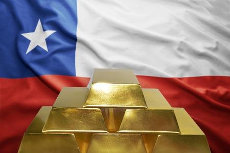 bandera chilena: brillando lingotes de oro en el fondo de la bandera chilena Foto de archivo