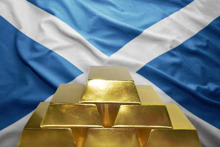 scottish flag: splendente lingotti d'oro sullo sfondo bandiera scozzese