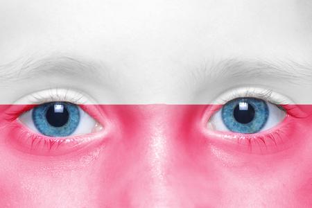 bandera de polonia: La cara de ni�o con el indicador polaco
