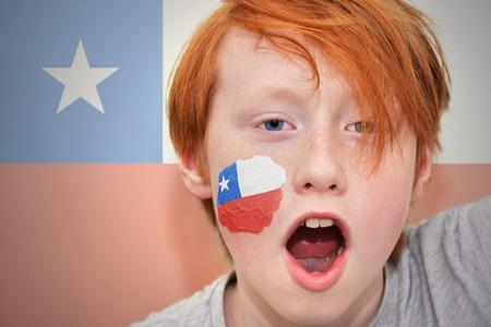 bandera chilena: chico pelirrojo ventilador con la bandera chilena pintada en la cara. en el fondo de la bandera chilena