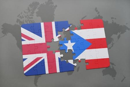 bandera de puerto rico: puzzle con la bandera nacional de Gran Bretaña e Puerto Rico en un mapa del mundo de fondo.