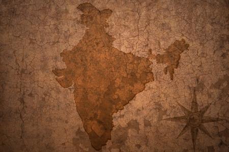 carte inde sur une vieille fissure cru fond de papier