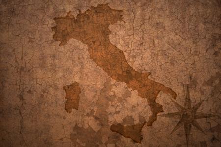 italy map on a old vintage crack paper background Standard-Bild