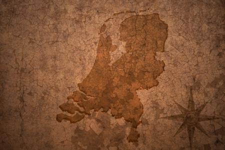 Nederland kaart op een oude vintage crack papier achtergrond