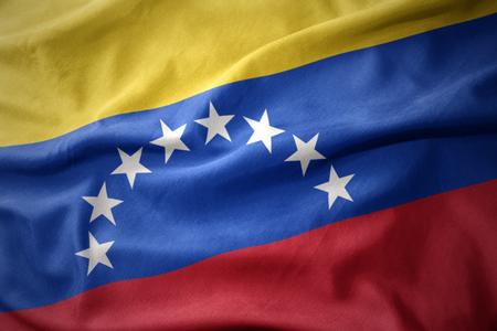 bandera de venezuela: ondeando la bandera nacional de colores de Venezuela. Foto de archivo