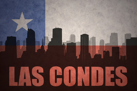 bandera chilena: silueta abstracta de la ciudad con el texto Las Condes en el fondo de la bandera chilena de la vendimia