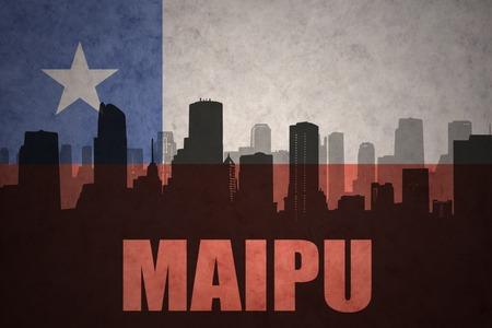 bandera chilena: silueta abstracta de la ciudad con el texto Maipú en el fondo de la bandera chilena de la vendimia