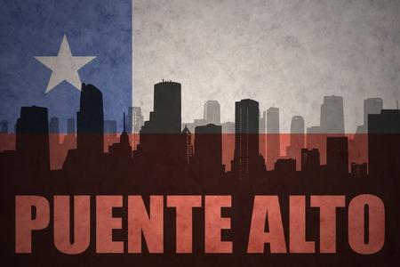 bandera chilena: silueta abstracta de la ciudad con el texto de Puente Alto en el fondo de la bandera chilena de la vendimia Foto de archivo