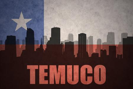bandera chilena: silueta abstracta de la ciudad de Temuco con el texto en el fondo de la bandera chilena de la vendimia Foto de archivo