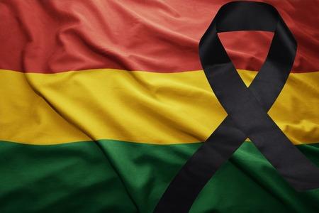 ondeando la bandera nacional de bolivia con cinta negra de luto Foto de archivo