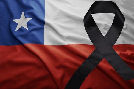 ondeando la bandera nacional de chile con cinta negra de luto