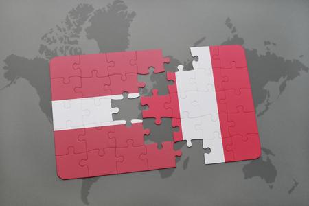 Puzzle con la bandera nacional de letonia y perú en un mapa del mundo de fondo. ilustración 3d Foto de archivo - 76237101