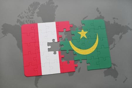 Rompecabezas con la bandera nacional de Perú y Mauritania sobre un fondo de mapa del mundo. Ilustración 3D Foto de archivo - 76545311