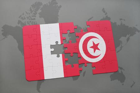 Rompecabezas con la bandera nacional de Perú y Túnez sobre un fondo de mapa del mundo. Ilustración 3D Foto de archivo - 76544845