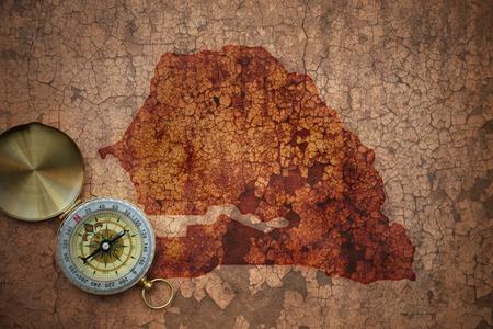 Carte du Sénégal sur un vieux fond de papier fissure vintage avec boussole Banque d'images - 77913631
