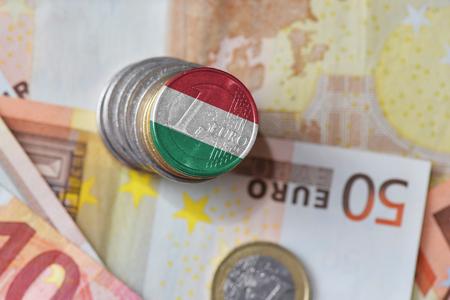 euromunt met nationale vlag van Hongarije op de euro geld bankbiljetten achtergrond. financiën concept