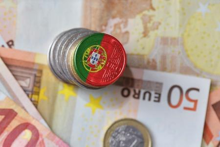 euromunt met nationale vlag van portugal op de euro geld bankbiljetten achtergrond. financiën concept