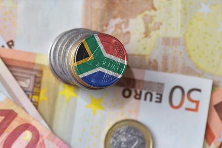 유로에 남아 프리 카 공화국의 국기와 유로 동전 돈 지폐 배경입니다. 금융 개념