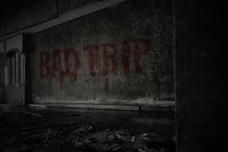 Text schlechte Reise auf der schmutzigen alten Mauer in einem verlassenen Hausruine