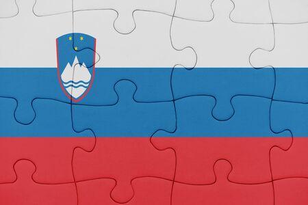 Puzzle mit der slowenischen Nationalflagge. Konzept
