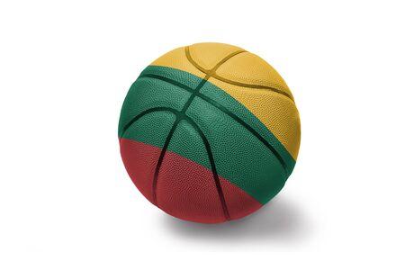palla da basket con la bandiera nazionale colorata della lituania su sfondo bianco