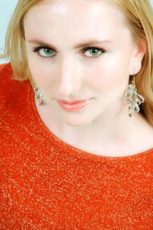 loose hair: Donna con morbido trucco e capelli sciolti in alto spumanti sera e orecchini lampadario
