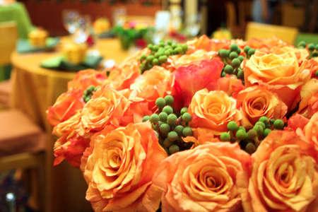 rosas naranjas: Rosas de color naranja en un exuberante ramo de boda en un lugar de acogida