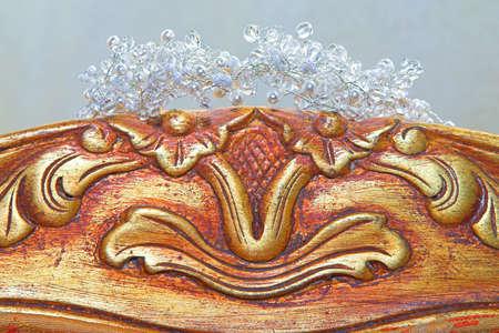 heirlooms: Bel cristallo e perla di nozze tiara sulla sedia indietro antichi intagliato