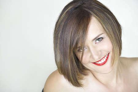 a bob: Hermosa mujer joven con natural de maquillaje, labios rojos y pelo corto marr�n en su mediados 30s. Visible con textura de la piel limpia los poros y l�neas suaves  Foto de archivo