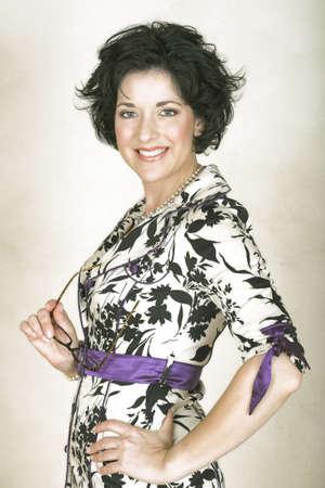 donne mature sexy: Bella donna adulta felice con i capelli neri ricci e morbido naturale make-up - nella sua tardiva trenta, quaranta precoce.