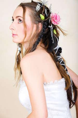 cabello casta�o claro: Preciosa joven novia con cabello largo casta�o en traje de novia y el pelo trenzado en estilo renacentista  Foto de archivo