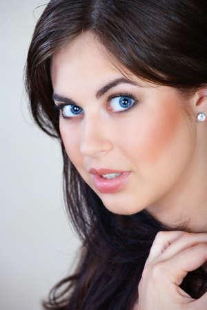 ojos marrones: mujer hermosa con el cabello marr�n y ojos azules buscan en una agradable sorpresa  Foto de archivo