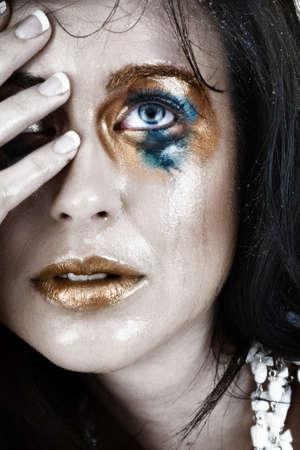 verschmieren: junge Frau mit smudged Make-up und Gesicht nass von Tr�nen mit sehr ver�rgert Ausdruck
