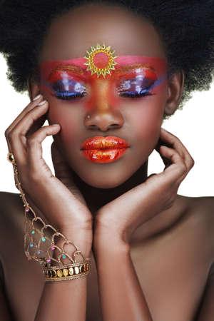 África belleza con oro brillante y maquillaje de la celebración de su rostro en sus manos  Foto de archivo - 3629928