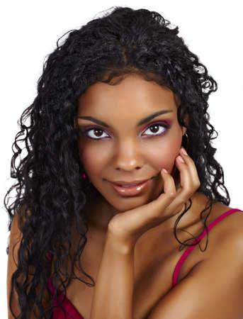 cabello negro: Hermosa mujer africana con pelo rizado largo y sombras de Rosa Foto de archivo