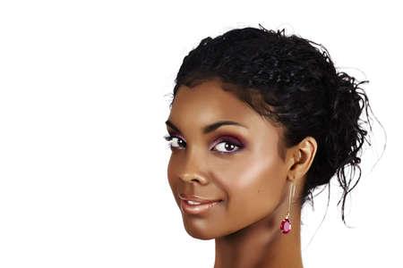 bollos: hermosa mujer africana con pelo rizado en un bollo casual y sombras de rosa. Foto de archivo