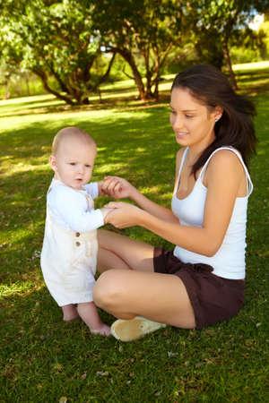 shorts: joven con su hijo en el Parque Foto de archivo