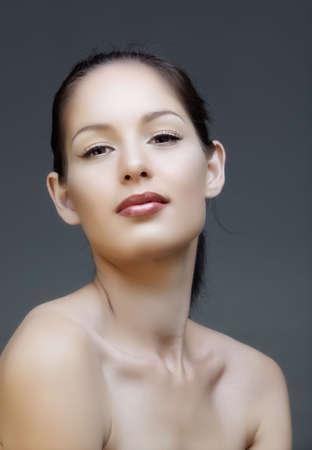 collo: Trucco naturale bella donna bruna con labbra rosa e rivestimento liquido, da 16 bit RAW.  Archivio Fotografico