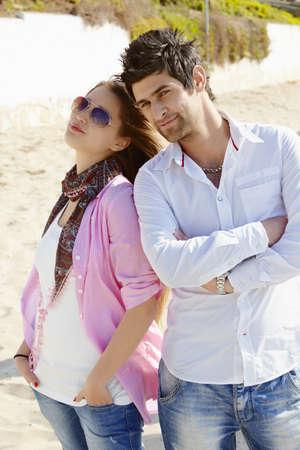 mujer hombre: pareja joven turca en pantalones vaqueros disfrutando d�a soleado en la playa.