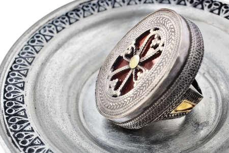 Anillo de plata de Turqu�a antiguos 200 a�os de antig�edad con Cruz s�mbolo sobre fondo de plata Foto de archivo - 6985368
