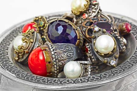 artisanale: veel Turkse Ottomaanse handgeschept rustic ringen met parels en koralen op een plaat Zilver. Stockfoto