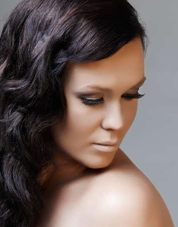loose hair: bella donna con lunghi capelli neri guardando verso il basso, da 16 bit RAW