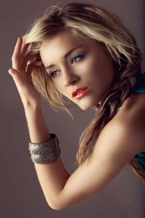 trenzas en el cabello: hermosa mujer rubia con cabello trenzado y l�piz labial coral en retro de procesos cruzados de efecto